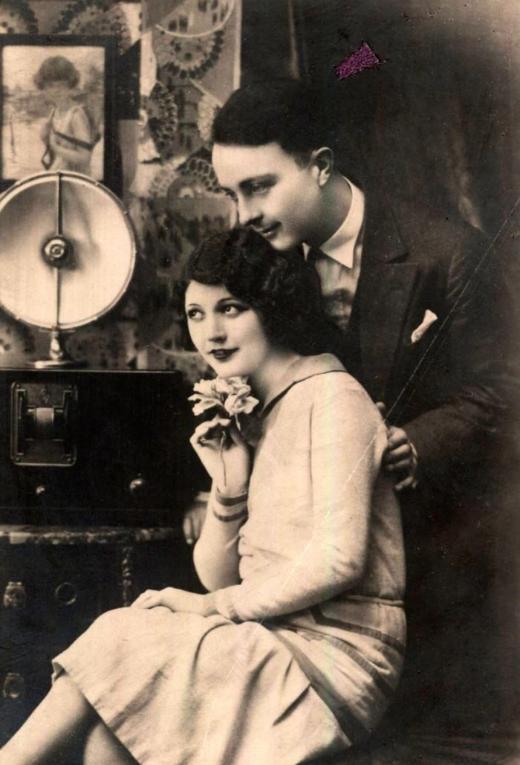 Листівка із зображенням пари, яка слухає радіо. 1920-1930-ті роки