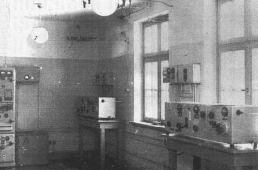 Зал передатчиков (справа на столах – передатчики модели фирмы «Lorenz» - «Lo 150 FK 38»).