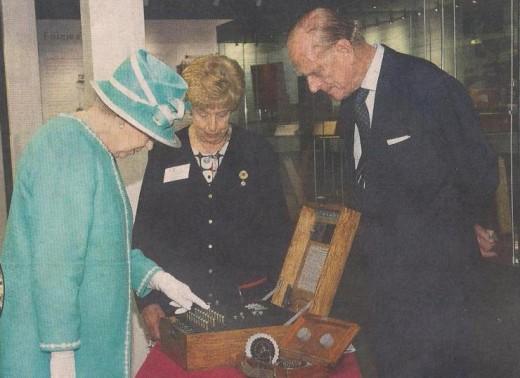 Королевская чета Великобритании знакомится с музейным экспонатом «Энигмы».